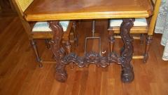 Mesa con patas talladas. detalle
