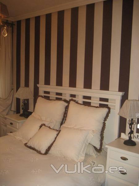 Foto dormitorio empapelado y conjunto textil a juego for Dormitorios empapelados y pintados