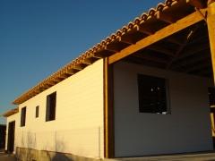 Casa de madera con revestimiento exterior en canexel blanco