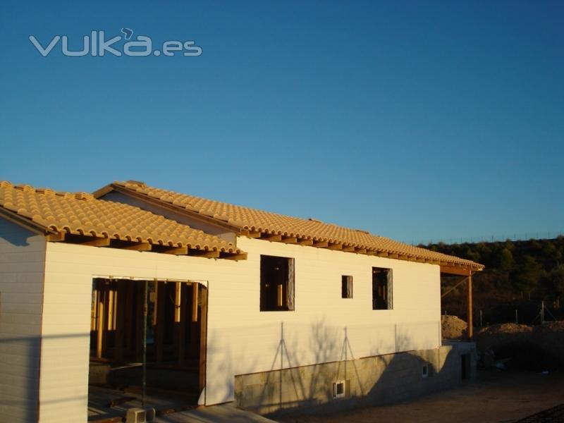 Foto casa de madera vista lateral en canexel blanco y - Canexel casas de madera ...