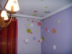 Habitacion pintada, con circulos en diferentes colores, hechos a mano