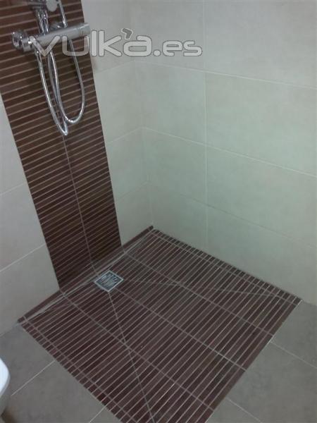 Foto reforma ba o en manises detalle plato ducha obra for Revestimiento de paredes para duchas