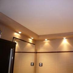 Detalle iluminaci�n en ba�o en moldura escayola pintada como baldosa