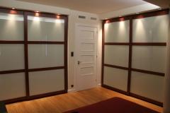 Piso alferez provisional.- dormitorio principal armarios empotrados con cornisa iluminada.