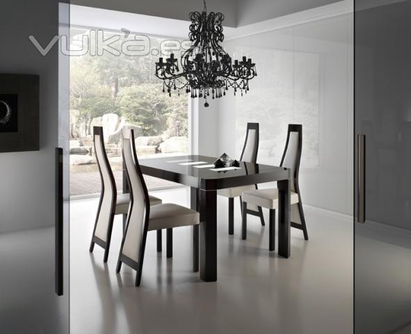 Foto: mesa de comedor extensible y sillas tapizadas