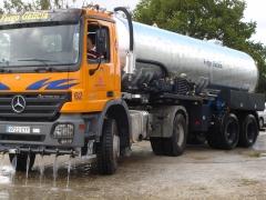 Camion cisterna para regado de pistas y carreteras en obras, con barredor delantero orientable