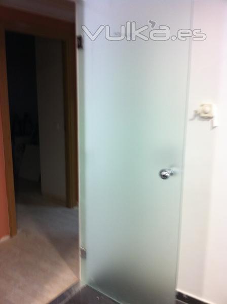 Foto puertas abatibles de cristal templado for Puertas de paso de cristal