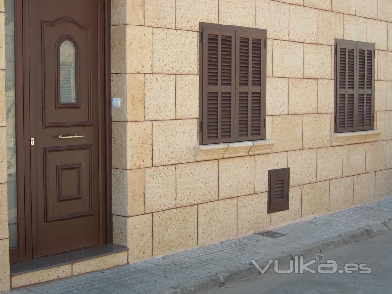Foto aluminio en imitaci n madera gran variedad de colores - Puertas de aluminio color madera ...