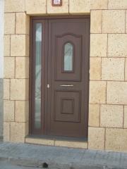 Puerta en aluminio color nogal