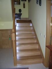 Barandilla y escalera forrada en madera