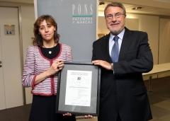 Paloma Fernandez Navas, Director General Corporativa recibiendo la certificacion de AENOR