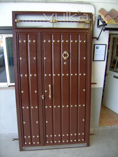 Foto puerta de entrada en hierro cara exterior con duelas for Puertas para exterior de hierro