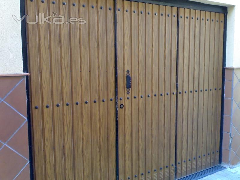 Foto port n de garaje duelas imitaci n madera - Porton de garaje ...