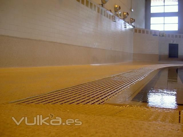 Foto pavimento antideslizante de tarket para piscinas for Pavimento para alrededor piscina
