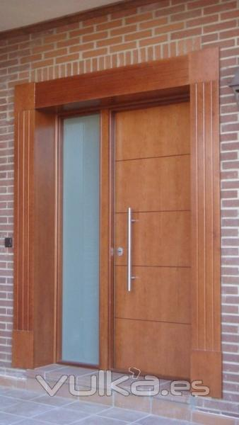 Foto puerta acorazada a d l gardesa f3000 fijo lateral for Puertas para frente de casa de madera