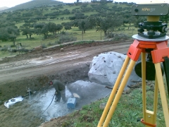 Replanteos gps en obra de carretera. demolicion piedra en traza.