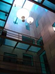 Madera, acero y vidrio visten el nuevo patio de la torre.