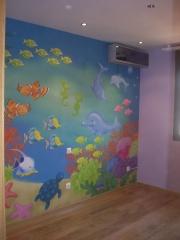 Colocacion de mural decorativo infantil, resto de paredes en pintura lisa, suelo de parquet,  roble