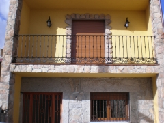 Balcon con adornos de hierro forjado e hierro fundido.fabricaci�n propia.