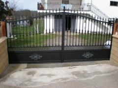 Puertas con adornos de fundici�n.fabricaci�n propia.