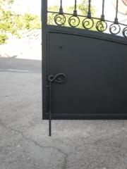 Detalle de pasador de forja en nuestras puertas.