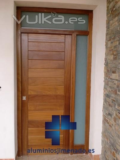 Foto puerta entrada a vivienda 04 for Puertas para vivienda