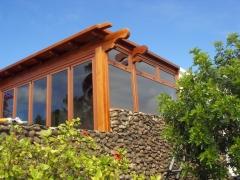 Cerramiento de terraza con aluminio y pergola de madera