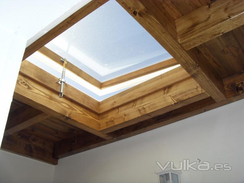 Foto techo de ba o con claraboya movil for Como encielar un techo