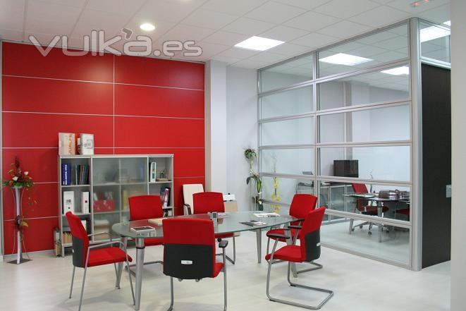 Foto forro pared en apaisado madera egger en rojo y sala juntas con mampara apaisada doble vidrio for Imagenes oficinas modernas