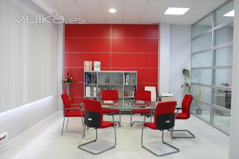 Foto sala de juntas con forro apaisado en rojo mampara for Disenos de oficinas modernas gratis