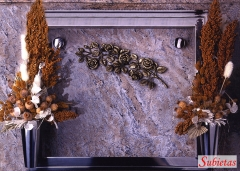 Granito multicolor con ramo de de rosas en bronce y marco y bucaros de acero