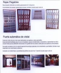 Puerta automatica de cristal con 2 hojas deslizantes y reja plegable
