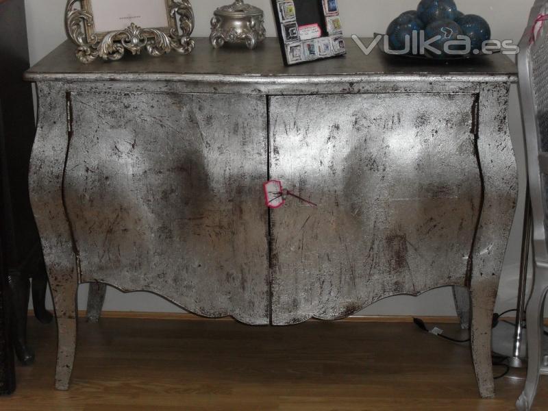 Foto comoda bombee en plata envejecida for Pintar un mueble de blanco
