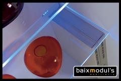 Comedor moderno con detalle de estanter�a iluminada con leds