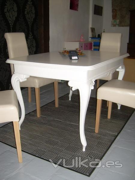 Foto: Mesa de comedor original, lacada en blanco.