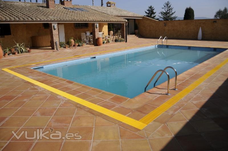 Foto remate piscina baldosa manual antiquemadura para pies - Baldosas para piscinas ...
