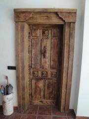 Puertas madera pino envejecido.
