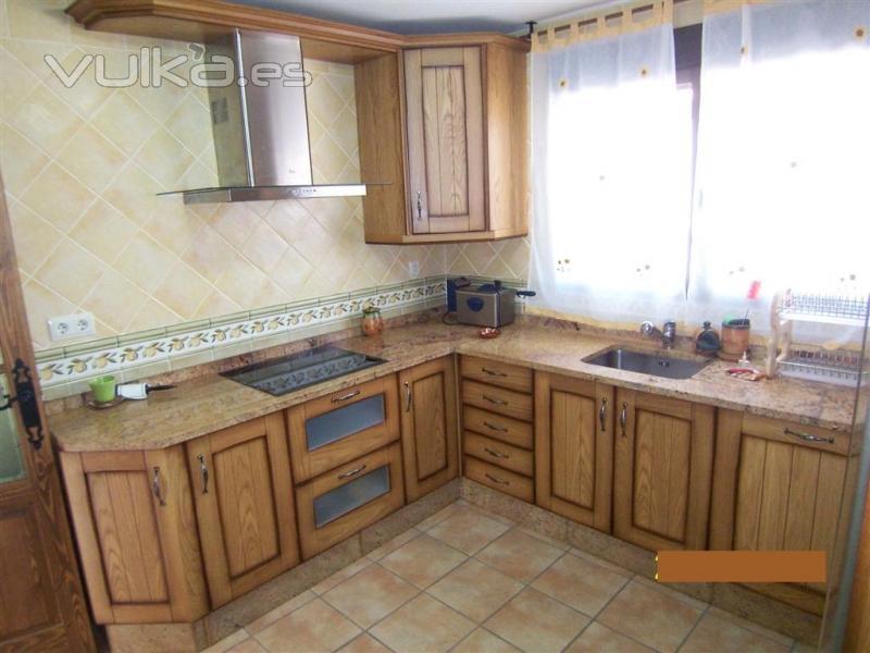 Foto cocina amueblada con electrodomesticos y muebles de - Cocinas con encimeras de madera ...