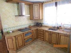 Cocina amueblada con electrodomesticos y muebles de madera rustica