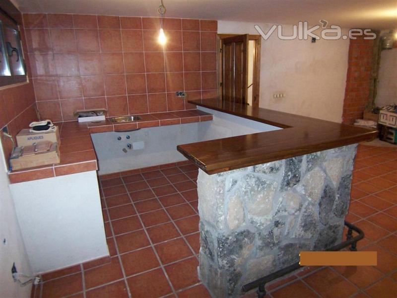 Foto barra de bodega forrada en piedra en el garaje - Cocinas de obra rusticas fotos ...