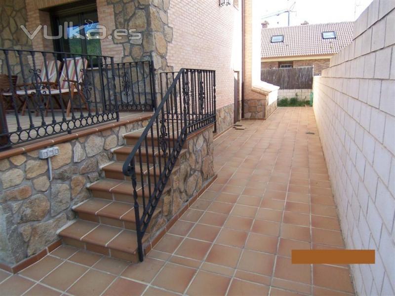 Foto escalera de acceso a porche jardin solado for Porche de jardin
