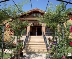 Fachada de entrada casa rural lanzahita