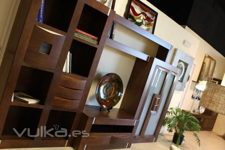 Foto composici n sal n en madera de pino for Muebles salon madera maciza
