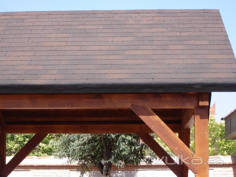 Foto porche de madera laminada en pino abeto con tela for Tejados de madera con tela asfaltica