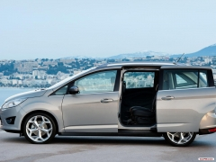 El Ford Grand C-MAX tiene versatibilidad en su ADN. Dobles puertas traseras correderas y  5 ó 7 plaz