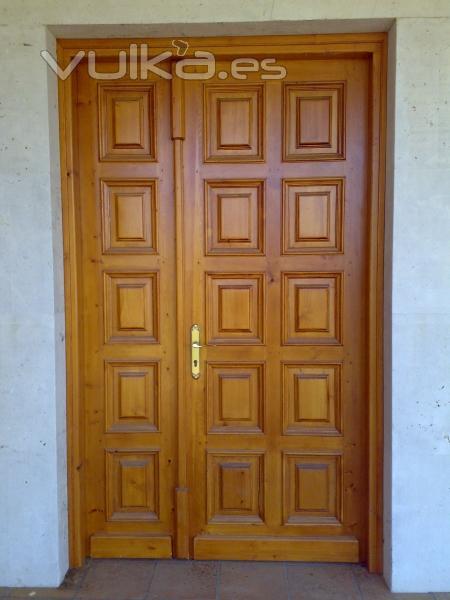 Foto puerta de entrada castellana de pino macizo for Puerta castellana pino