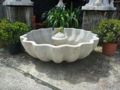 Gran plato de fuente granadina realizada en una pieza de m�rmol.