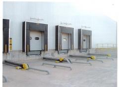 Punto de carga con retenedores de camiones
