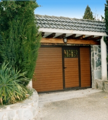 Puerta corredera imitacion madera con puerta peatonal
