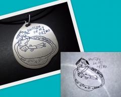 Colgante de plata con el dibujo de los ni�os